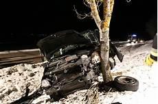 B17 Buching Vito Prallt Gegen Baum Ein Toter Ein