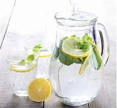 Wasser Mit Zitrone Trinken Eine Gesunde Gewohnheit
