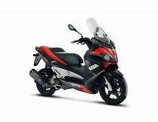 2013 aprilia sr max 125 300 motorcycle review top speed