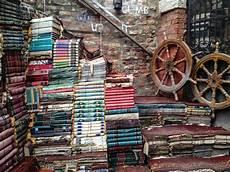 libreria immagini acqua alta library venice tourism