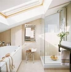 kleines badezimmer mit dachschr 228 ge badewanne und