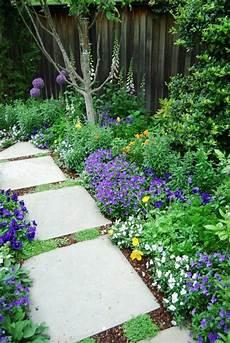 Gartenweg Mit Rindenmulch - gartenweg ideen mit pflanzen und blumen damit der weg