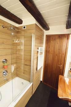 rivestimento bagno effetto legno bagno di montagna con rivestimento doccia vasca con doghe