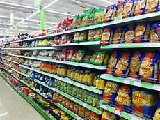 scaffali supermercato assortimento di pasta italiana maccheroni in un