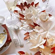des fleurs en papier en guise de chemin de table