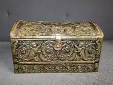ancien coffre boite en metal sculpte de petits