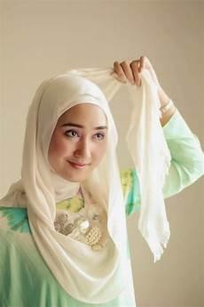 Cara Memakai Jilbab Simpel Ala Dian Pelangi
