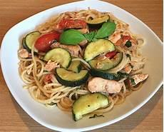 Spaghetti Mit Gemüse - spaghetti mit gem 252 se und gebratenem lachs helfer55po