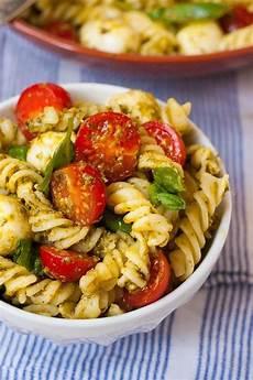 rezepte mit pesto 20 minuten nudelsalat mit pesto tomate und mozzarella
