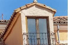 antica soffitta abbaino sul tetto della soffitta con le mattonelle di