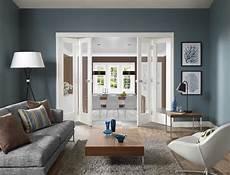 modernes wohnzimmer blau mit falt innent 252 ren wei 223 freshouse