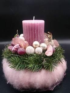 adventsgesteck mit kugeln und fr 252 chten auf teller rosa