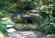 gartengestaltung schattige plätze wasser im steingarten
