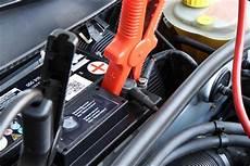 autobatterie wechseln wie oft starthilfe geben anleitung zum fremdstarten eines autos