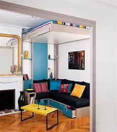 lit escamotable au plafond avec une banquette brick sous