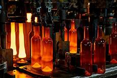 Le Aus Glasflaschen - glass production by vetropack glass packaging manufacturer