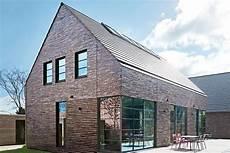 satteldach haus modern moderne tradition mit satteldach homes klinkerhaus