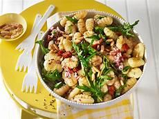 gnocchi salat mit pinienkernen und getrockneten tomaten