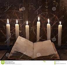 magia candele rituale di magia nera con le candele brucianti ed il libro