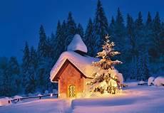 weihnachtskarte mit kapelle in schneebedeckter landschaft