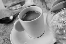 Gambar Kafe Hitam Dan Putih Minum Satu Warna Cangkir