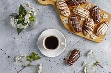 crema pasticcera in francese eclairs o profiteroles con cioccolato nero e cioccolato bianco con crema pasticcera dentro