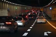 Stillstand Im Tunnel Verkehrsfunk An Und Motor Aus Auto