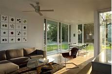 bodentiefe fenster gestalten einrichten lichtdurchflutetes wohnzimmer mit bodentiefen