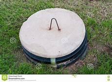 bouchon fosse septique couvercle de fosse septique au milieu d une cour photo