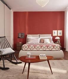 tappezzeria da parete una da letto con la parete dietro la testata rossa