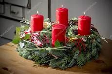 Adventskranz Bedeutung 4 Kerzen - adventskranz mit brennende rote kerzen stockfoto 169 w20er