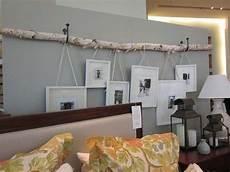 deko an der wand birkenstamm an der wand mit h 228 ngenden bildern birkenstamm deko baumstamm deko und zuhause