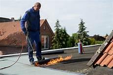dachdecken mit dachpappe dachpappe verlegen dach b 214 ttcher