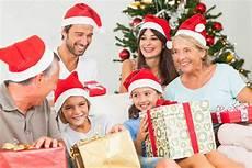 Gl 252 Ckliche Familie An Weihnachten Geschenke Tauschen