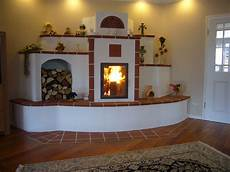 kachelofen selber bauen grundofen mit holzfach und regalfl 228 che grund 246 fen ofen