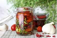 Eingelegte Getrocknete Tomaten Mit Thymian Rosa Pfeffer