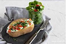 leckere ofenkartoffel mit quark kr 228 utern und salat