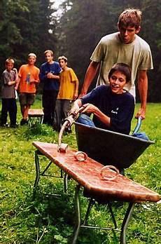 Spiele Mit Wasser Im Garten - schubkarren geschicklichkeitsfahren mit einer lanze