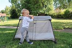 ouvrir un lit parapluie on a test 233 le lit parapluie light de babybjorn le carnet