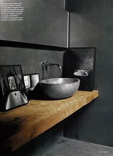 regardsetmaisons une planche en bois dans la salle de bain