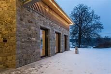 Hausfassade Aus Naturstein Und Holz Jahn Gew 246 Lbebau