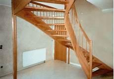Zweimal Viertelgewendelte Treppe Im Raum