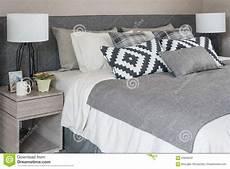 letto con cuscini letto moderno grigio con i cuscini in bianco e nero