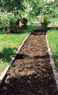 garten mit rindenmulch anlegen gartenweg rindenmulch garden path diy paths and