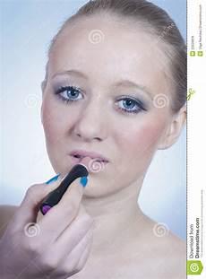 blaue augen lippenstift sch 246 nes junges m 228 dchen blaue augen u lippenstift