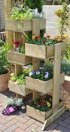 pot de fleur en palette une palette pour un jardin vertical plantes de