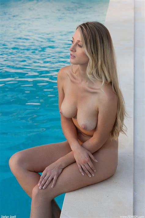 Curvy Nude
