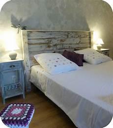 tete de lit bois peint mettez en valeur votre lit avec tete de lit papier peint