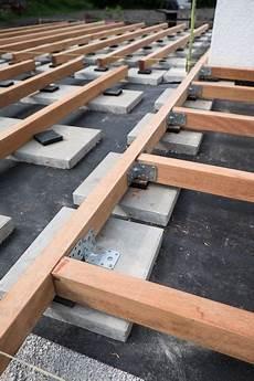 holzterrasse selber bauen unterkonstruktionsh 246 lzer im rechten winkel verbunden