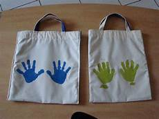 décorer un sac en tissu de simples empreintes de mains sur le sac avec de la